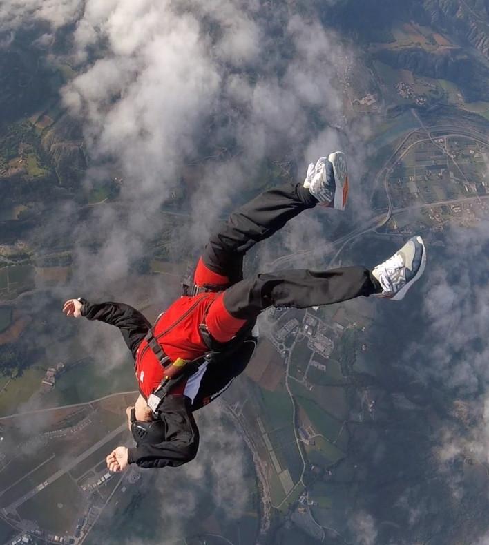 deux personnes vole en parachute